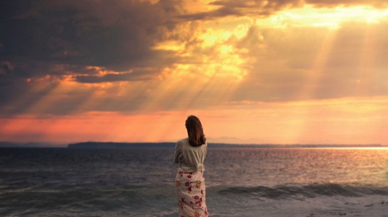 девушка смотрит на море, девушка стоит к нам спиной