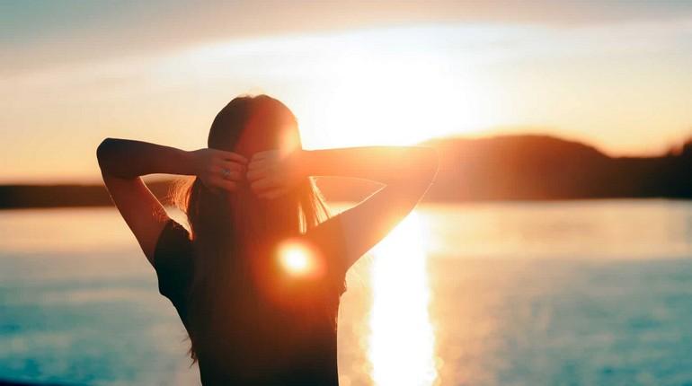 девушка встречает солнце девушка радуется новому дню