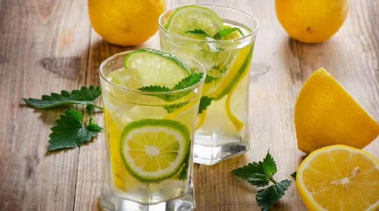 стаканы с водой и лимоном, мохито в стаканах