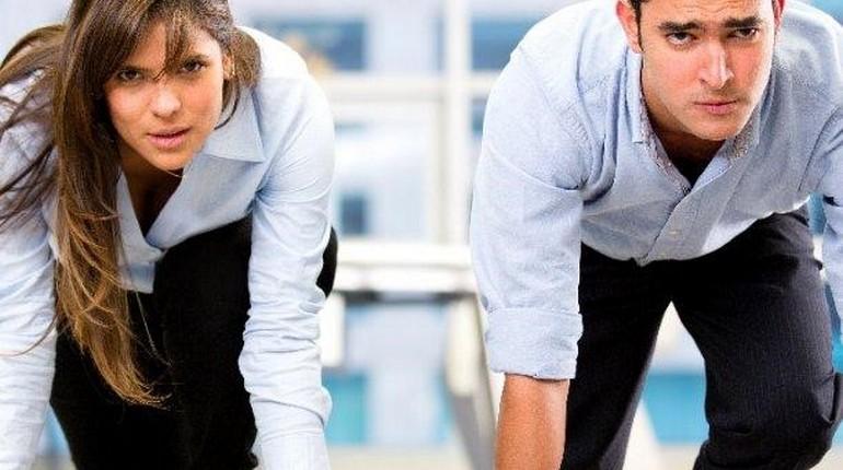 соревнования между парнем и девушкой, девушк и парень соревнуются в офисе