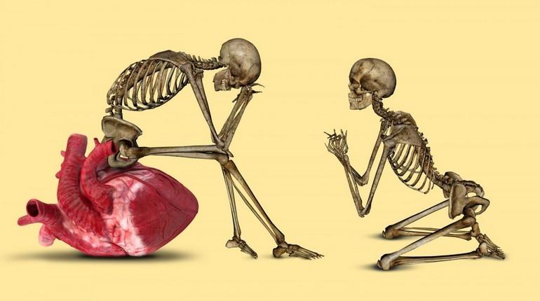 скелеты имитируют отношения в паре, один скелет стоит на коленях перед вторым