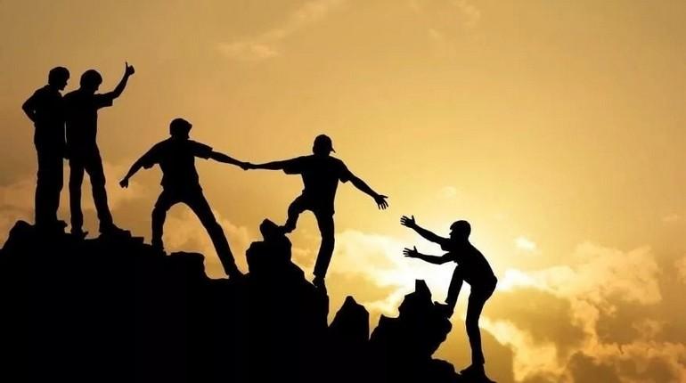 люди карабкаются на гору, альпинисты на фоне заката