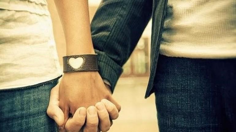 девушка и парень держатся за руку, любовь и дружба