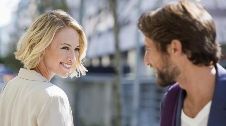 девушка улыбается парню, счастливые отношения