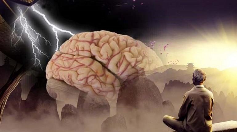 человек медитирует, мозг человеческий и разряд молнии