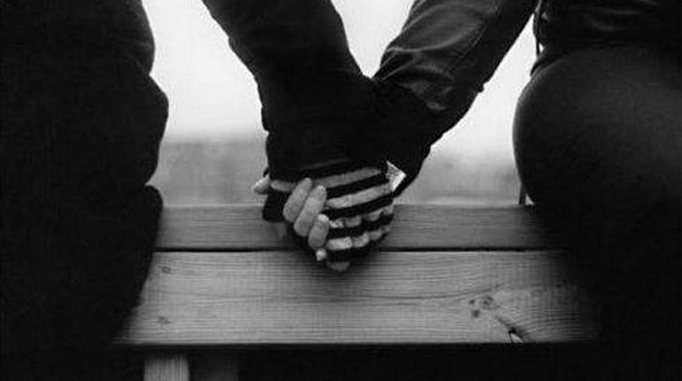два человека держат друг друга за руку