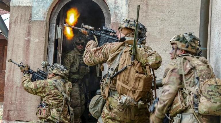 солдаты стреляют во время военной операции