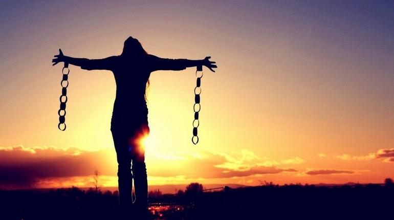 девушка разорвала цепи, девушка свободна
