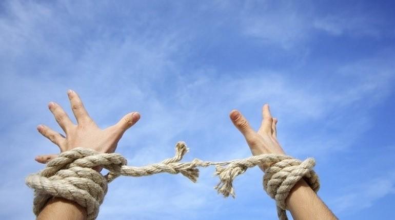 разрыв веревки связывающей руки, две руки связанные веревкой
