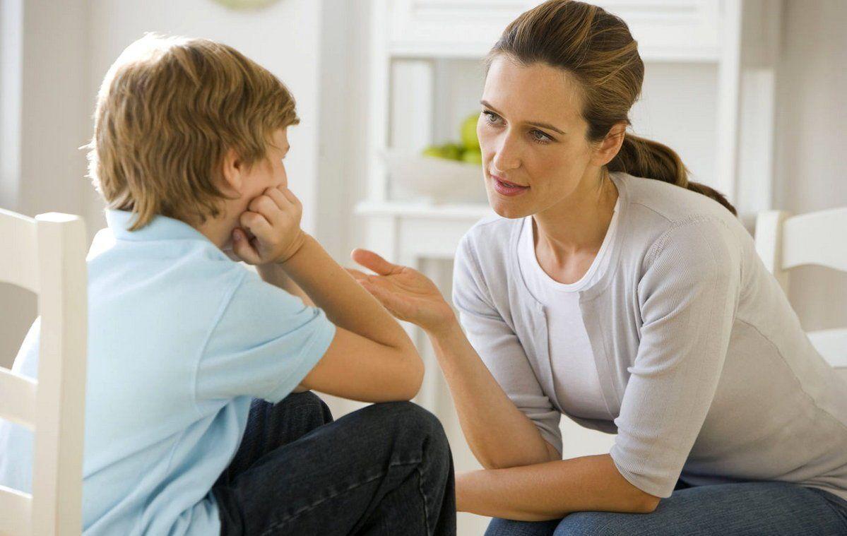женщина разговаривает со своим сыном, мальчик слушает маму