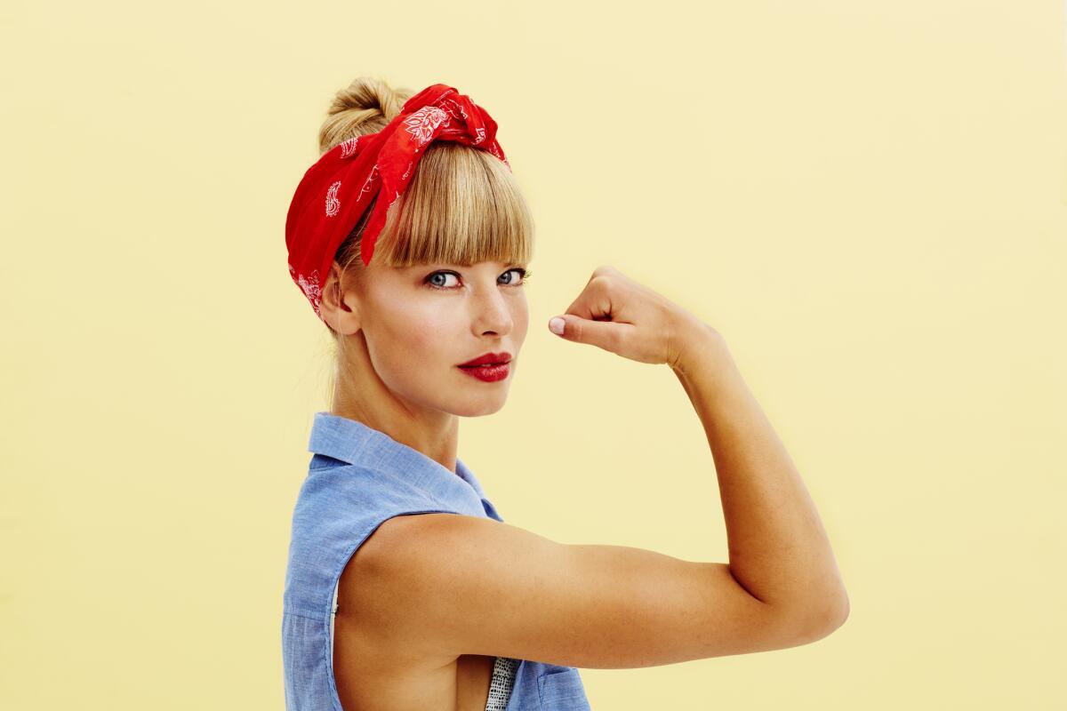 девушка показывает силу, мускулы у женщин