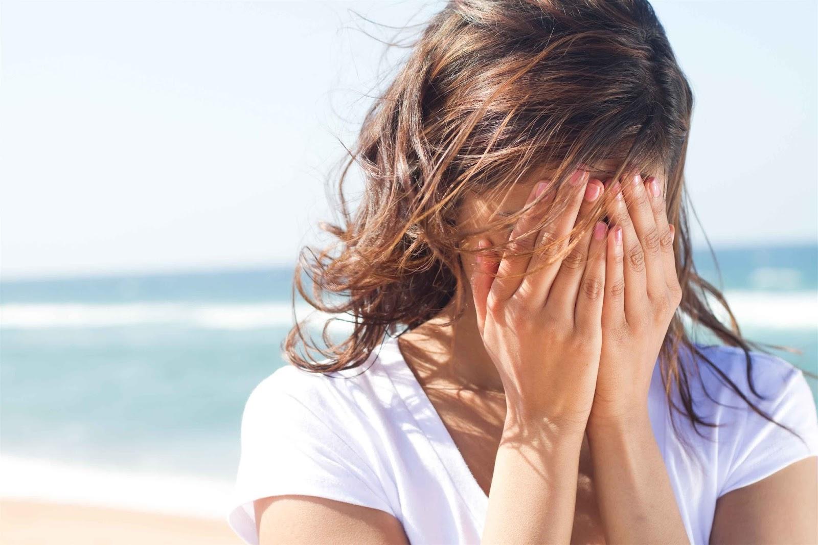 девушка закрыла лицо руками, девушка на фоне моря