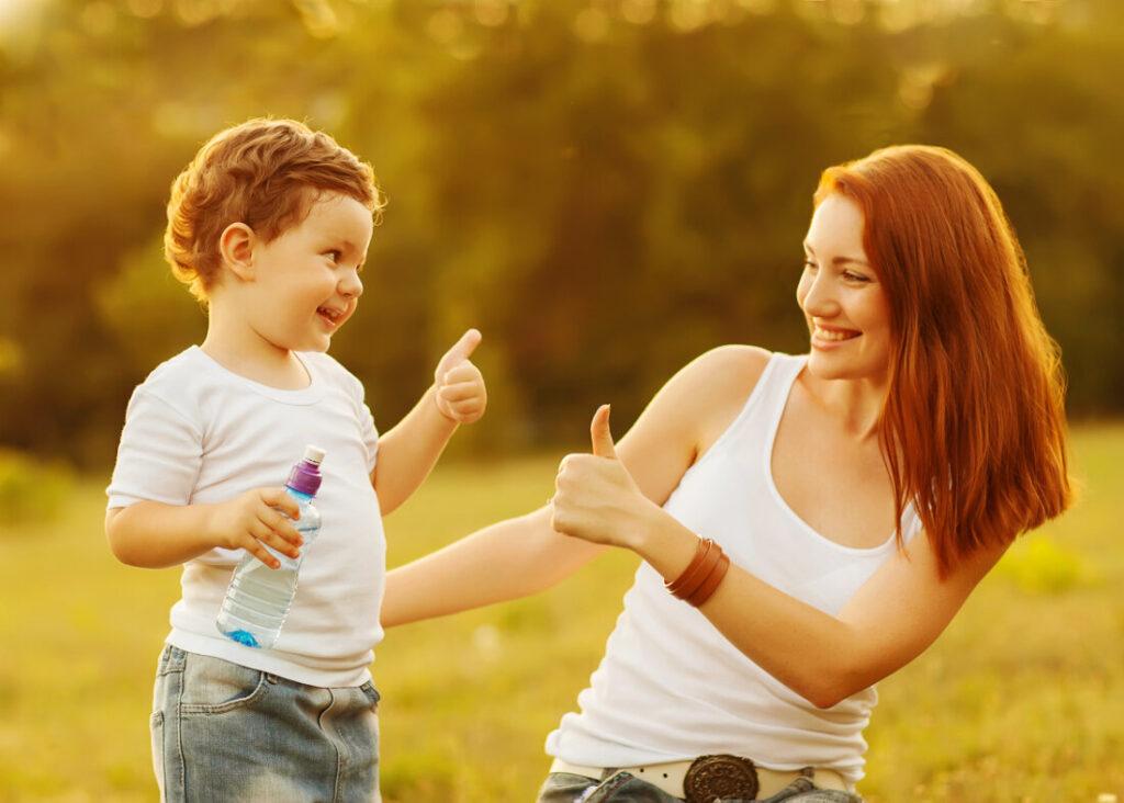 мама хвалит сына, мальчик показывает палец вверх