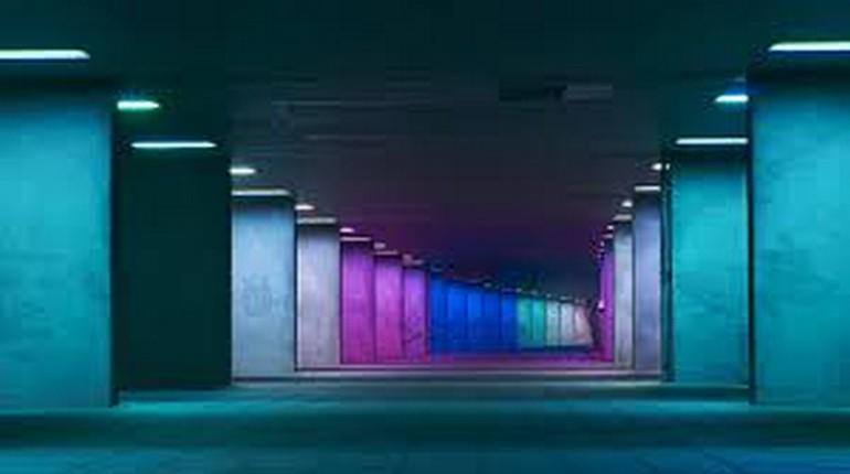 блоки с подсветкой в сине-сиреневой гамме ,коридор уходящий вдаль