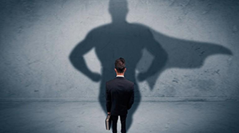 человек смотрит на свою тень, человек маленький- тень большая
