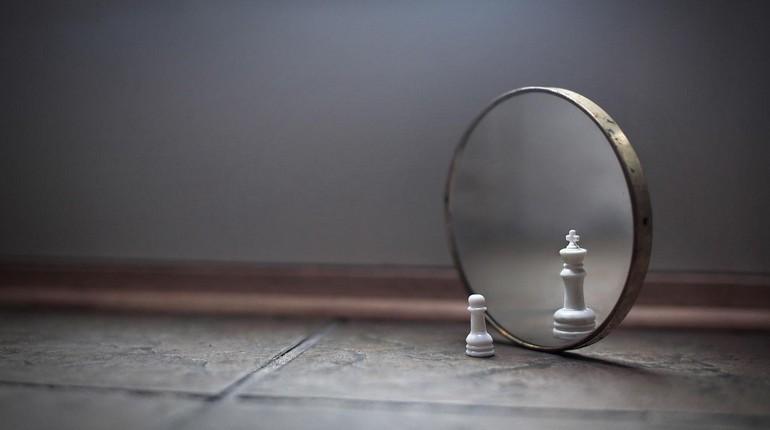 пешка в зеркале выглядит королевой, шахматные фигуры и зеркало
