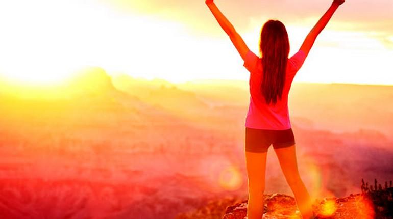 девушка радуется восходу солнца