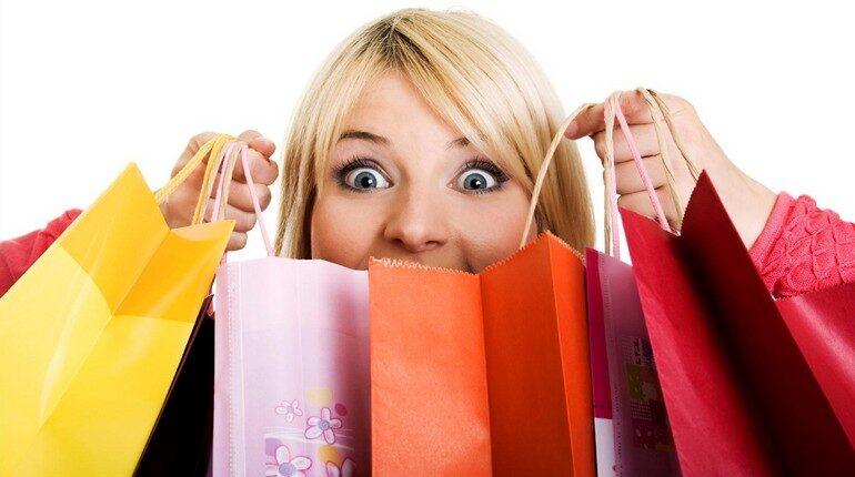 девушка с пакетами из супермаркета