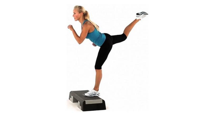 девушка в спортивной одежде занимается на степ платформе