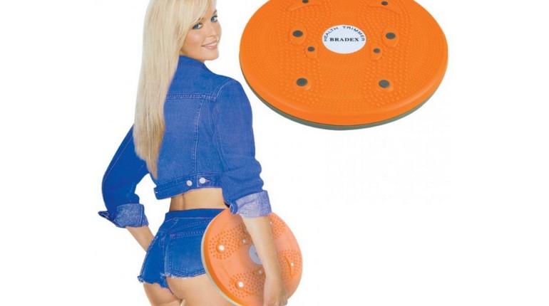 девушка держит в руках диск здоровья, девушка в шортиках с диском здоровья