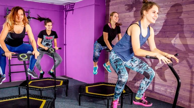 девушки занимаются в спортзале, девушки на тренировке, занятие по джампингу