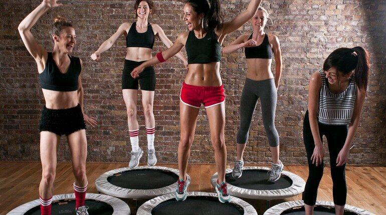 девушки на батутах, девушки на тренировке в спортзале