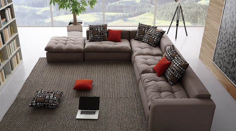 угловой диван с яркими подушками