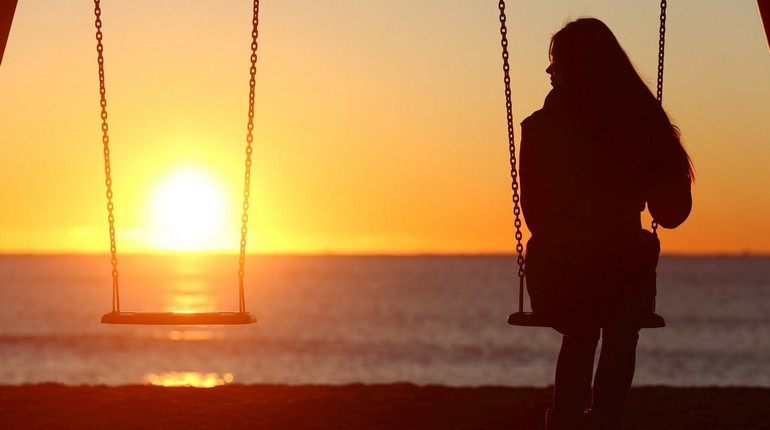 девушка сидит на качели, девушка смотрит закат солнца