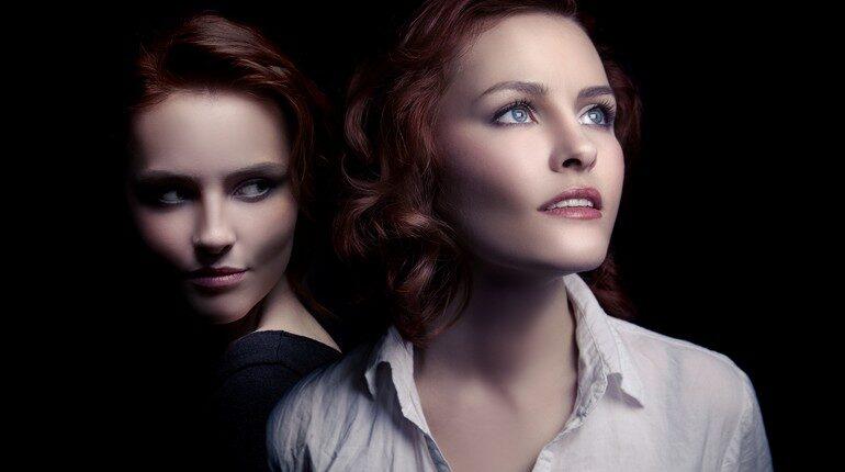 две девушки, одна смотрит с завистью