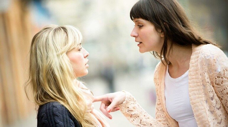 две девушки блондинка и брюнетка спорят