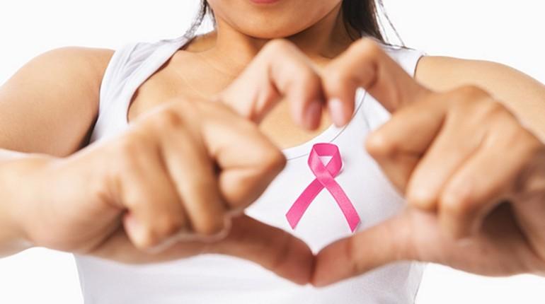 девушка против рака груди, у девушки на груди бантик символ борьбы с раком груди