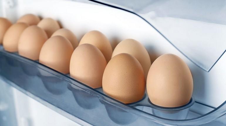 яйца в холодильнике, яйа в лотке холодильника