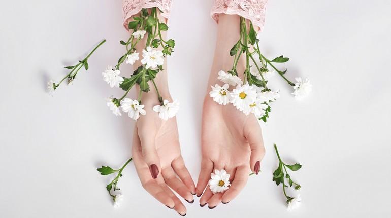 руки с цветами,женсие руки