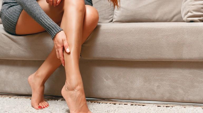 женские ножки, девушка сидит на ступеньках