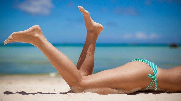 девушка лежит на пляже, ножки девушки