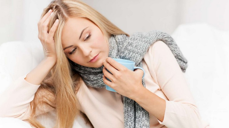 у девушки болит горло, девушка обмотала шею шарфом