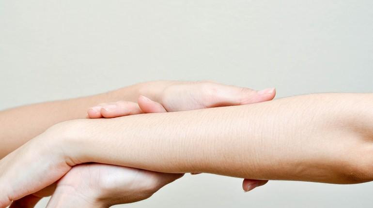 руки девушек, женские руки