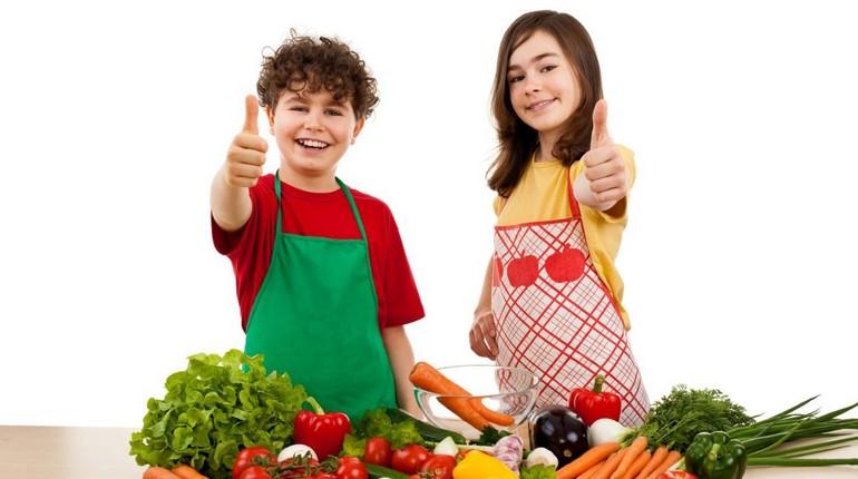 дети в фартушках на кухне, мальчик и девочка с продуктами