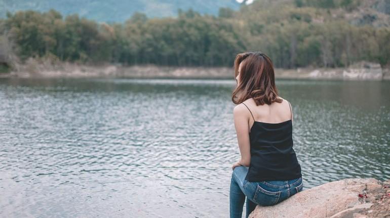 девушка сидит на берегу реки, девушка смотрит на воду