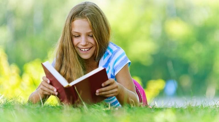 девушка читает, девушка на пикнике