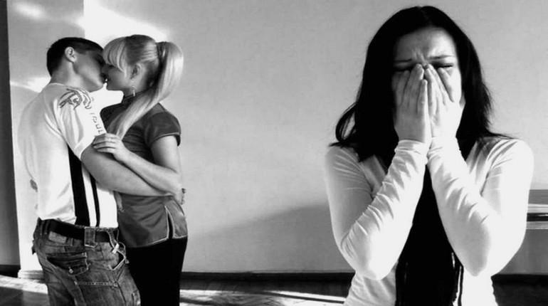 девушка плачет а в сторонке парочка целуется, измена и ревность