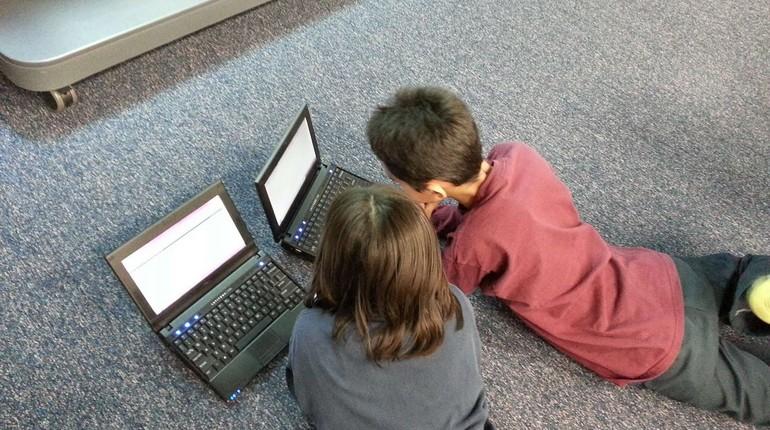 дети с ноутбуками, дети играют в компьютерные игры