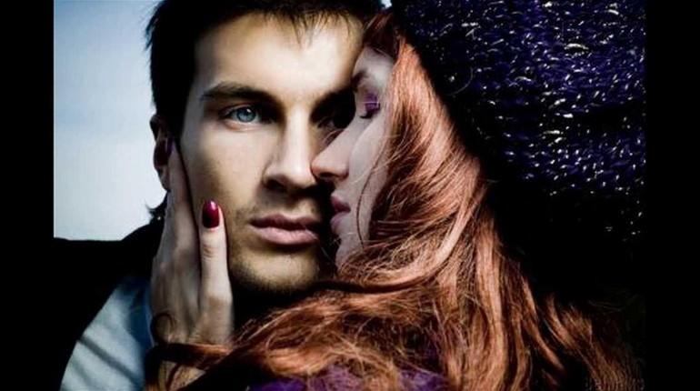 девушка целует парня, парень равнодушен к девушке