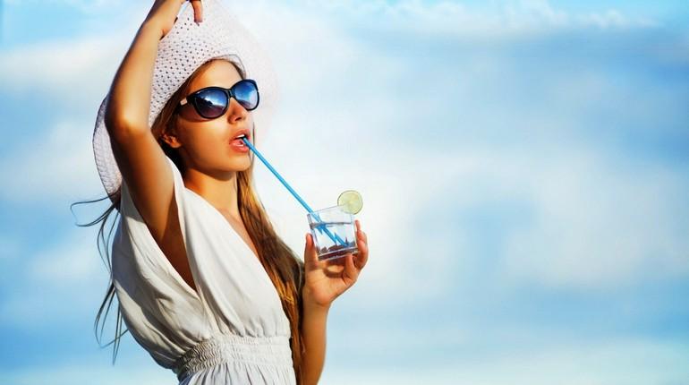девушка пьет коктель через соломинку, релакс, девушка на отдыхе