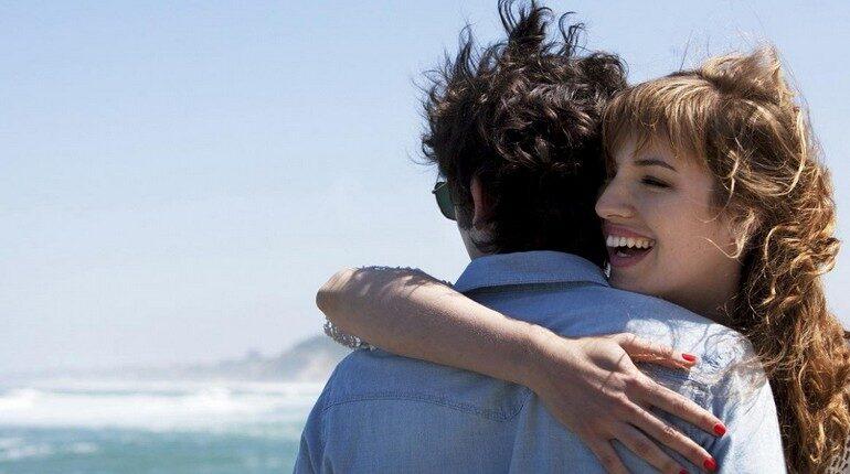 девушка обнимает парня, кадр из фильма любовь живет три года
