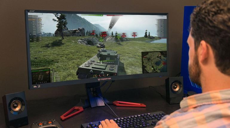 парень играет в танки, мужчина режется в танки