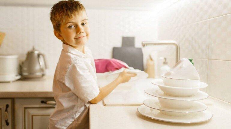 мальчик на кухне моет посуду, парень помогает маме, ребенок на кухне