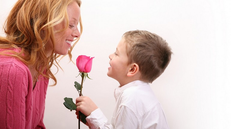 ребенок дарит маме цветок, любящий сын дарит маме розу, счастливая мама с сыном