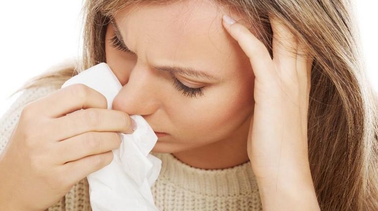 носовое кровотечение, девушка прижала платок к носу