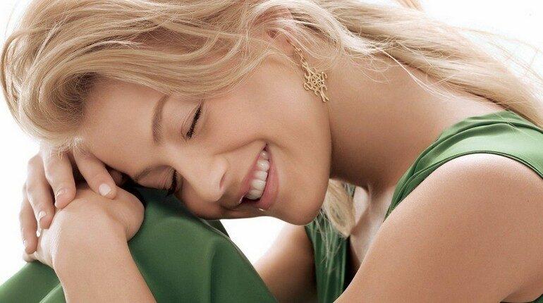 девушка закрыла глаза и думает о хорошем, девушка улыбается